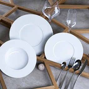 Des assiettes très chic pour une table irréprochable